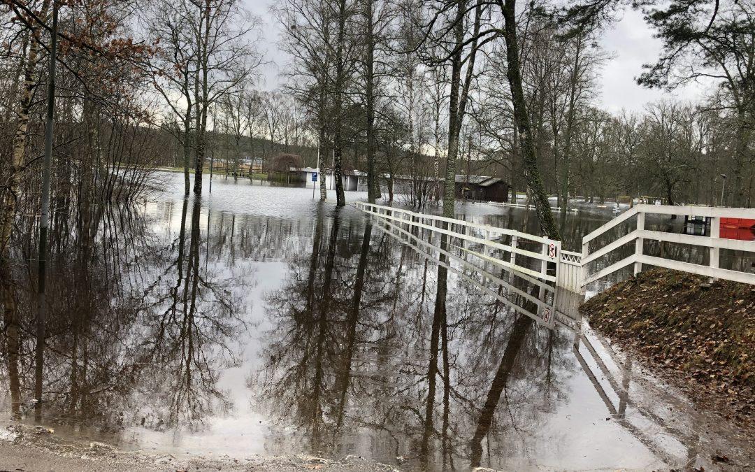 Mycket vatten i våra marker.  Översvämning längs Lagan. Vi jobbar för fullt för att hålla kalkstationerna i gång.